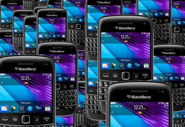 BlackBerry Bold 9790 crowd