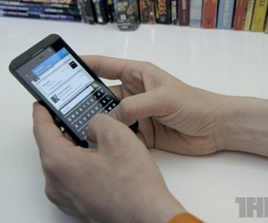BlackBerry Z10 typing (800px)