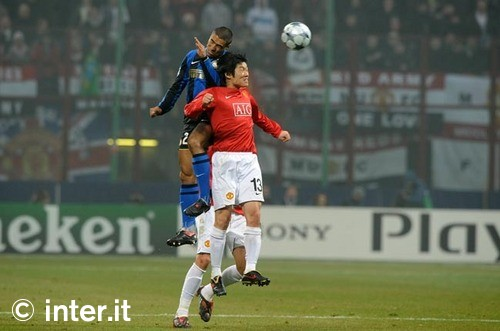 Cordoba beats Park to the ball