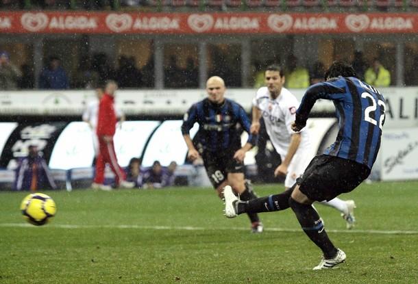 Milito converts a pk against Fiorentina