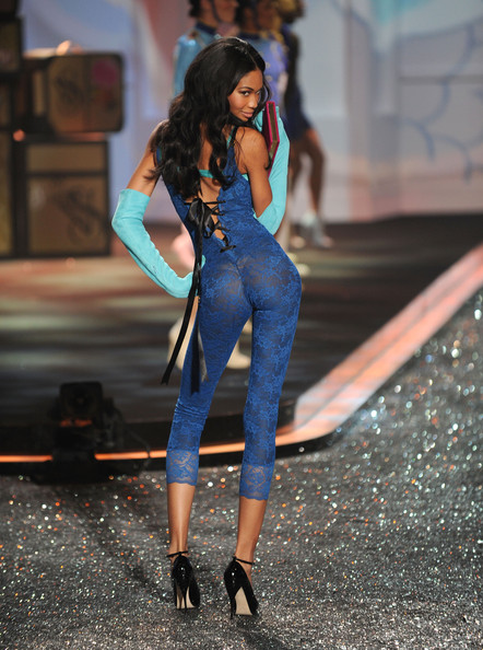 2009_victoria_secret_fashion_show_runway_8oqrj2kjytyl_medium