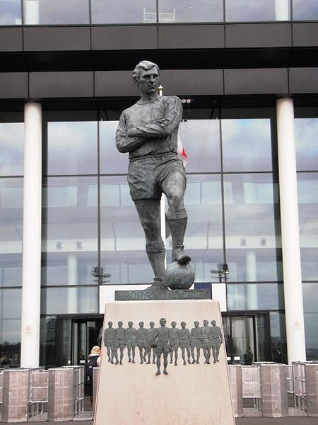 450px-bobby_moore_statue_-_geograph