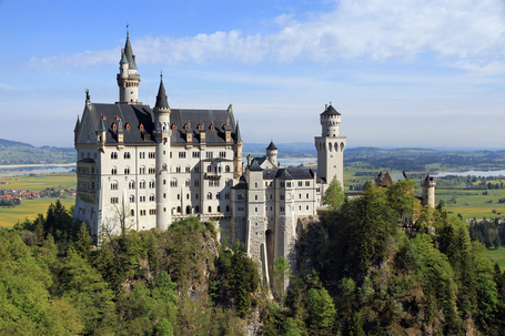 Neuschwanstein_castle_from_marienbr_c3_bccke_2c_2011_may_medium