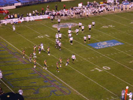 Cal_on_defense_at_2004_holiday_bowl_medium