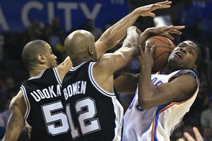 61106_aptopix_spurs_thunder_basketball_medium