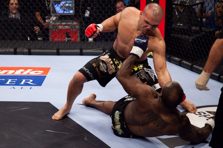 104_melvin_manhoef_vs_robbie_lawler1_medium