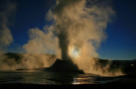 Steam_phase_eruption_of_castle_geyser_medium