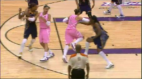Taurasi_elbow_to_davenport_jpg_medium
