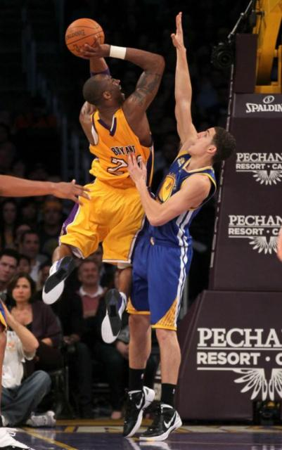 Kobe_bryant_double_clutches_vs_klay_thompson_jpg_medium