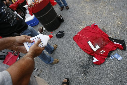the latest 9c1f8 cde12 PHOTOS: Michael Vick Jersey Burning In Georgia Dome Parking ...